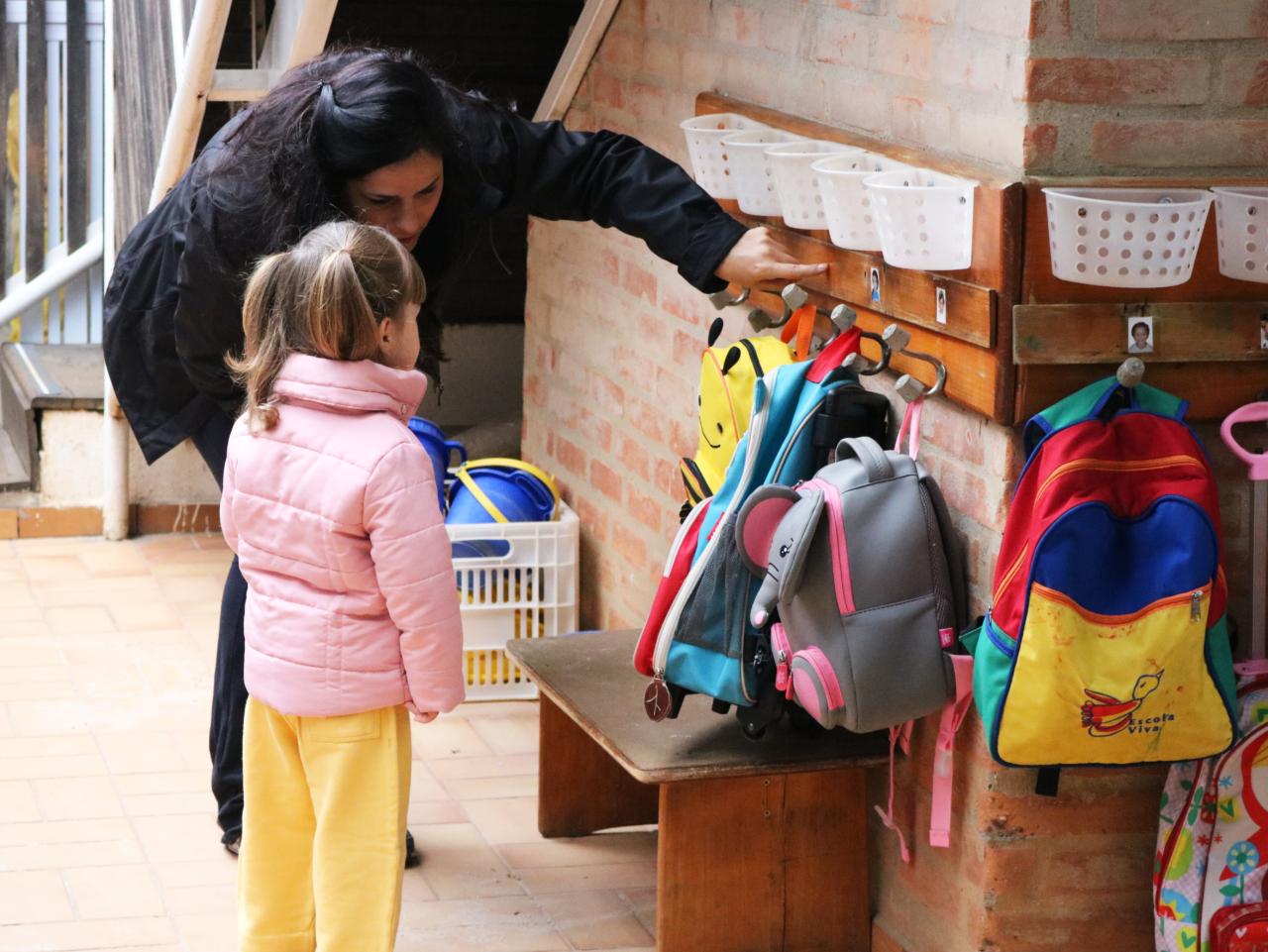 criança e professora juntas na escola